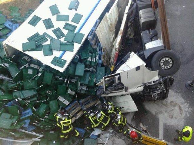 Bomberos rescatan el cuerpo del conductor del camión