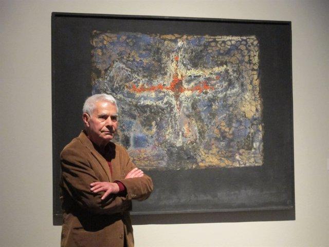 Monjalés, frente a una de sus obras expuesta en el Centro del Carmen.