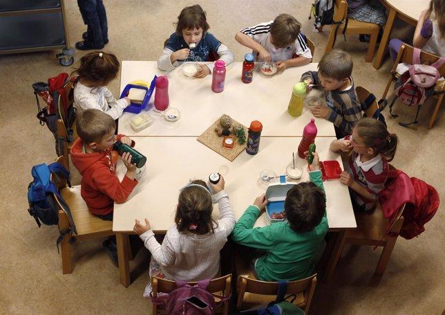 Escolares tomando el desayuno en el colegio