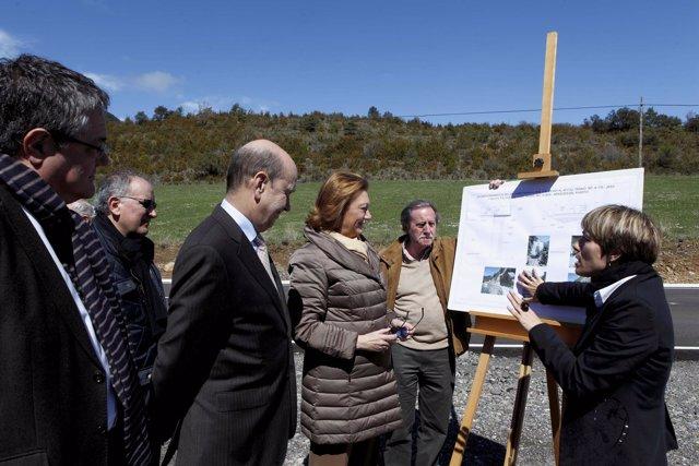 Rudi visita los trabajos de mejora de una carretera, en la Jacetania