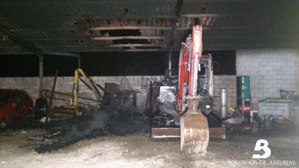 El fuego destruye parte de la maquinaria que se almacenaba en una nave industrial en Villaviciosa