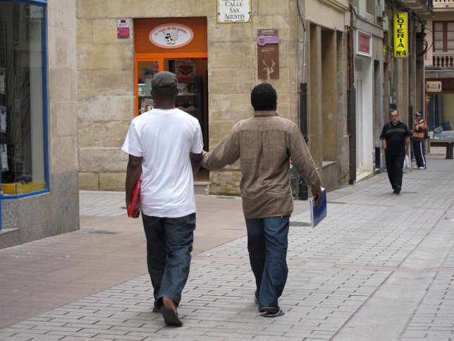 Inmigrantes paseando por Logroño