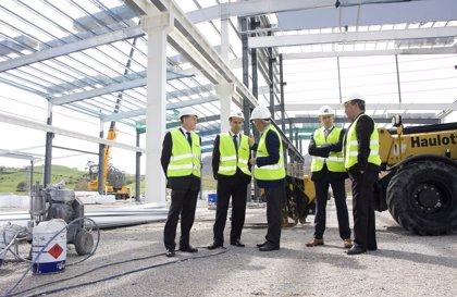 Diego visita las obras de la planta de Tubacex Services, que entrará en funcionamiento en octubre