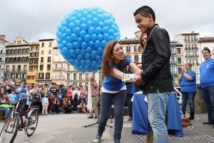 Asociación Navarra de Autismo lanza mil globos azules para concienciar sobre el trastorno