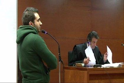 Tres meses de prisión para el joven que tiró a un perro desde un sexto piso en Cáceres