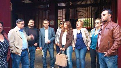 Protesta de IU ante los juzgados para izar la bandera republicana en Villaverde