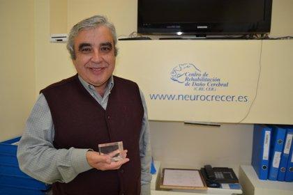 José León Carrión recibe reconocimiento por desarrollar protocolos para agilizar recuperación de gente con daño cerebral