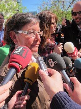 La alcaldesa de Cabrils, Avelina Morales, ante la Ciudad de la Justicia