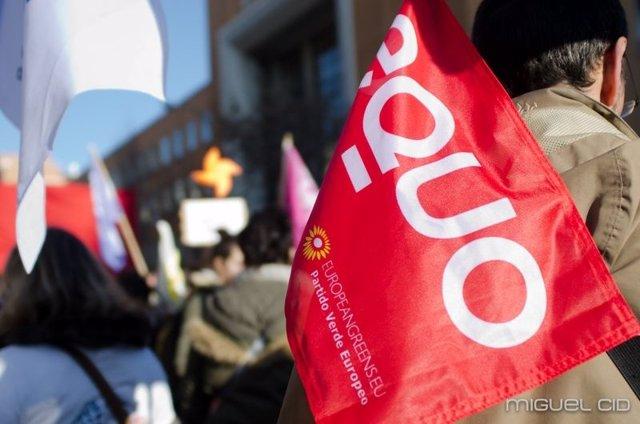 Bandera de Equo en una manifestación