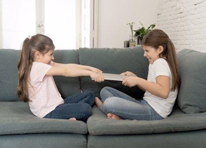 Cómo corregir los celos entre hermanos