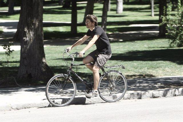 Recursos de gente en bici por un parque