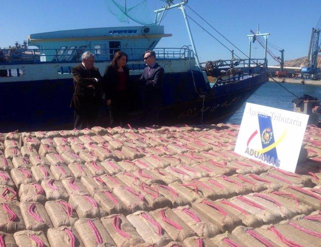 Parte de los 450 fardos descargados del barco en el puerto de Almería