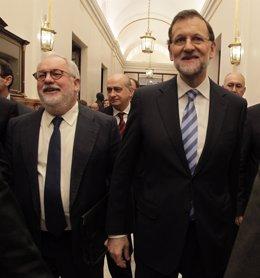 Miguel Arias Cañete y Mariano Rajoy, en los pasillos