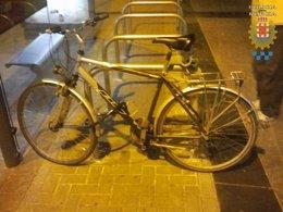 Sorprendido Cuando Cortaba Con Una Cizalla El Candado De Una Bicicleta