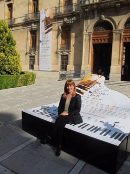 Olivares, en uno de los bancos-piano que promocionan el Premio Jaén de Piano.