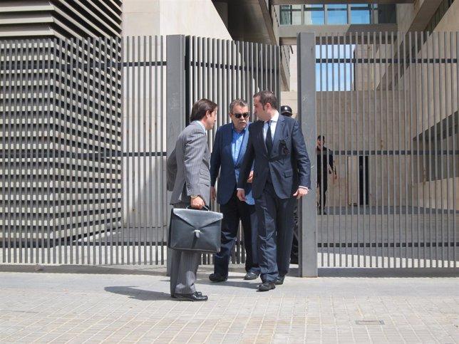 Soler, en el centro, sale en libertad con cargos tras declarar en el juzgado