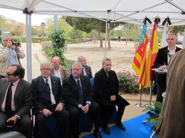 Luis Díaz Alperi sentado junto a Sonia Castedo