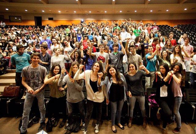 Estudiantes de la US con la pulsera roja con el lema We love people