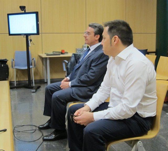 Sanjuan, a la izquierda, junto al otro acusado al inicio del juicio