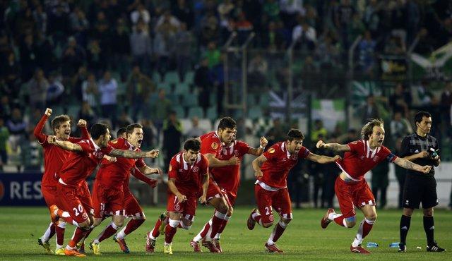 El Sevilla celebra su pase a los cuartos de final de la Europa League