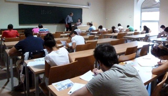 Estudiantes realizando un examen en una imagen de archivo