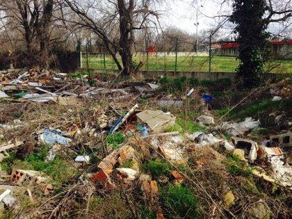 """IU denuncia que un tramo del Manzanares se ha convertido en un """"vertedero"""" por acumulación de basuras y escombros"""