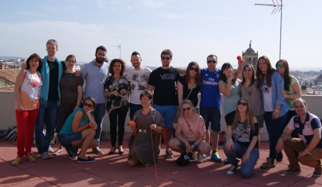 Baena y Mayoral con jóvenes que participan en el programa 'Juventud en acción'