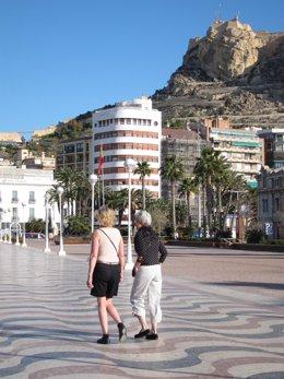 Turistas Paseando Con El Castillo De Santa Bárbara Al Fondo