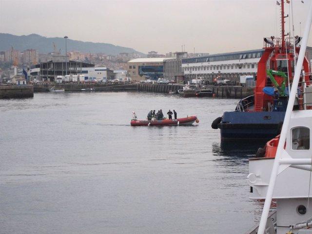 Labores de rescate de uno de los tripulantes del 'Mar de Marín'