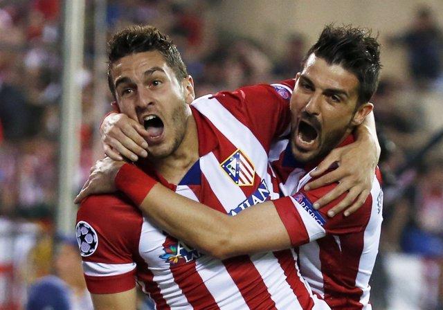 Koke y  Villa celebran el gol ante el Barça