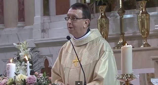 El Padre Ray Kelly emociona con su