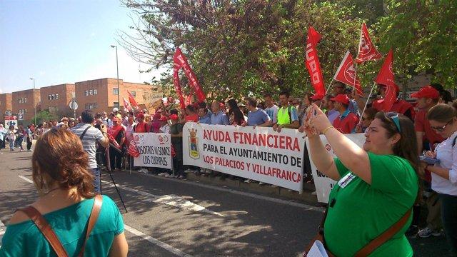 Protesta de la plantilla de Los Palacios ante el Parlamento.
