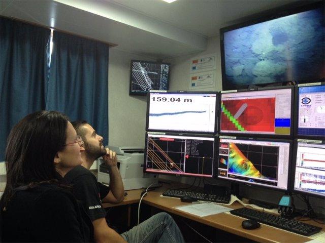 Investigadores observan las imágenes submarinas del volcán de El Hierro