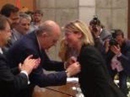 Fernández Díaz entrega a Riera medalla en nombre de proteccion civil