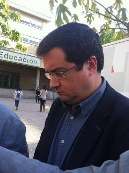 El secretario de Organización del PSOE, Óscar López, atiende  a los medios