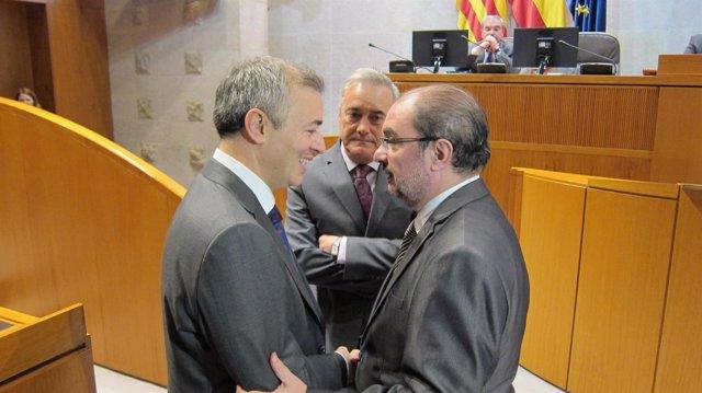 Javier Campoy hablando con Lambán, en presencia de Sada
