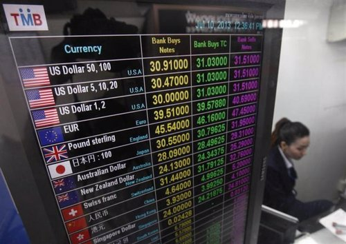 Un oficina trabaja en un centro de cambio de divisas en Hong Kong