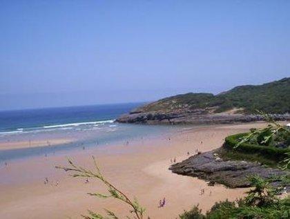 El Gobierno invierte más de 500.000 euros en la limpieza y conservación de playas rurales