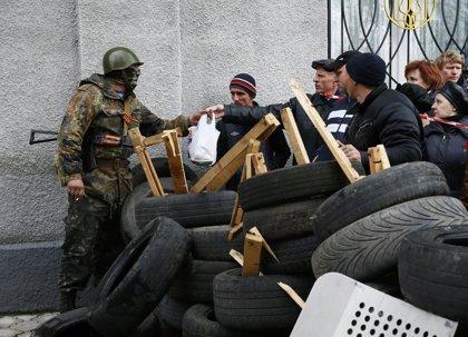 Paramilitares prorrusos toman la comisaría central de Slaviansk y distribuyen armas