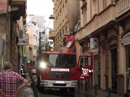 Un restaurante sufre un incendio en la calle Suárez Guerra