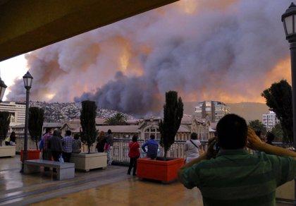 Evacuan la zona alta de Valparaíso por la persistencia de dos focos activos