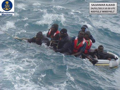 Rescatados once subsaharianos en una embarcación hinchable