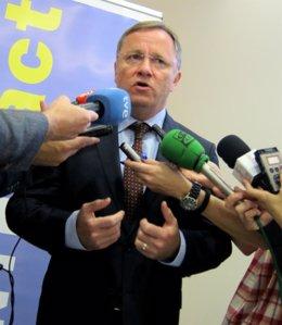 El conseller Juan Carlos Moragues atiende a los periodistas.