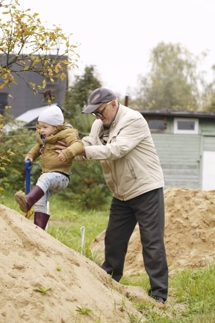 El cuidado de los nietos puede generar una sobrecarga de actividad en los abuelos que podría afectar a organismo