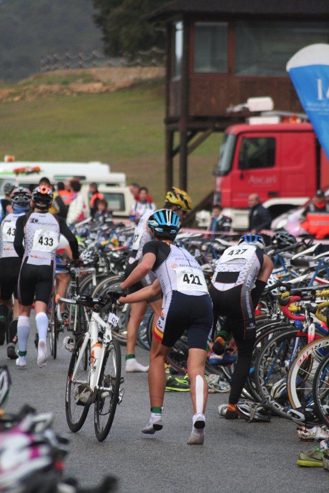 Corredor duatlón pruebas resistencia ciclista con venda terapéutica reduce dolor