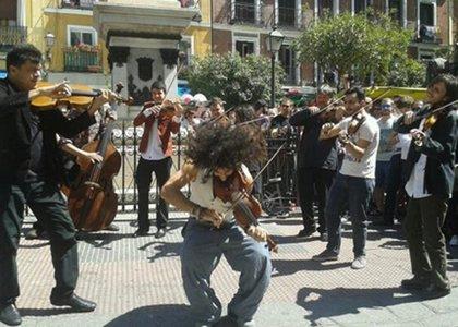 El violinista Malikian, en un concierto improvisado, acerca la música clásica al rastro de Madrid