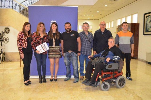 La diputada junto a los miembros de la Asociación de Esclerosis Múltiple