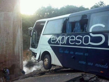Un bebé es la segunda víctima del bus que cayó al desplomarse un puente en Argentina