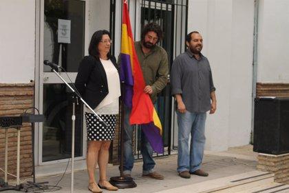 Acto simbólico por la II República en Palomares con la bandera tricolor en las puertas del Ayuntamiento