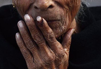 Roban a una anciana y se despiden con un beso